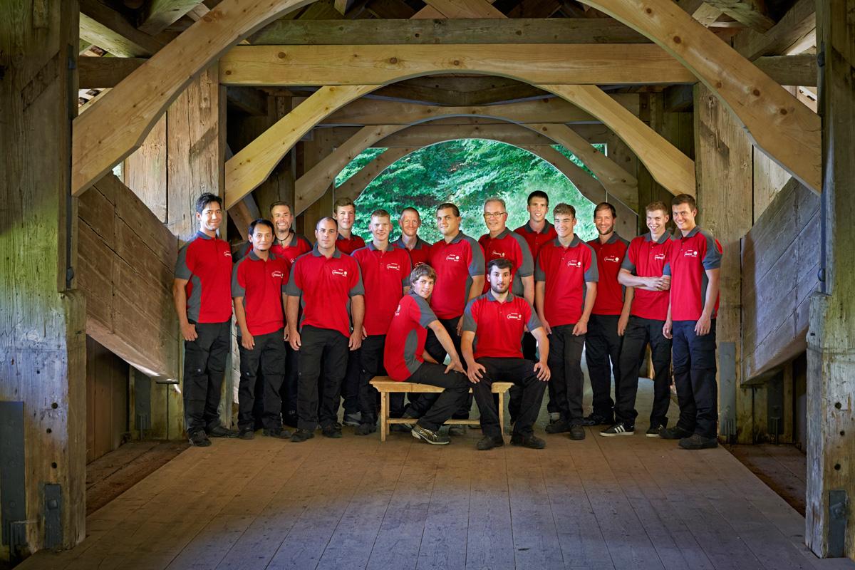 Bucher Zimmerei Team auf der Hergiswaldbrücke